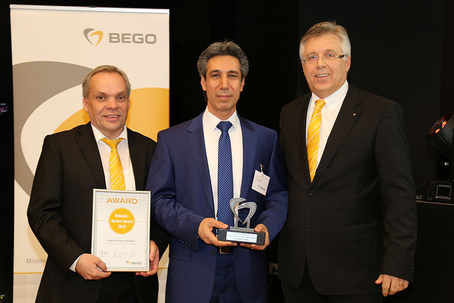 Ralf Leckzik (1st from left), Area Sales Manager at BEGO Implant Systems, and Walter Esinger (3rd from left), Managing Director of BEGO Implant Systems, awarded the Wilhelm-Herbst-Award for the best sales performance 2016 within BEGO Implant Systems to Ha